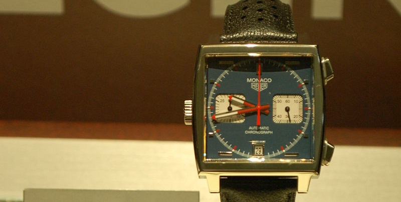 50 éves a TAG Heuer Monaco kollekciója, ami a világon az első automatikus kronográf volt és jellegzetes négyszögletes alakjáról is ismert. Népszerűségét tovább növelte, hogy Steve McQueen is viselte egy Hollywood-i produkcióban.