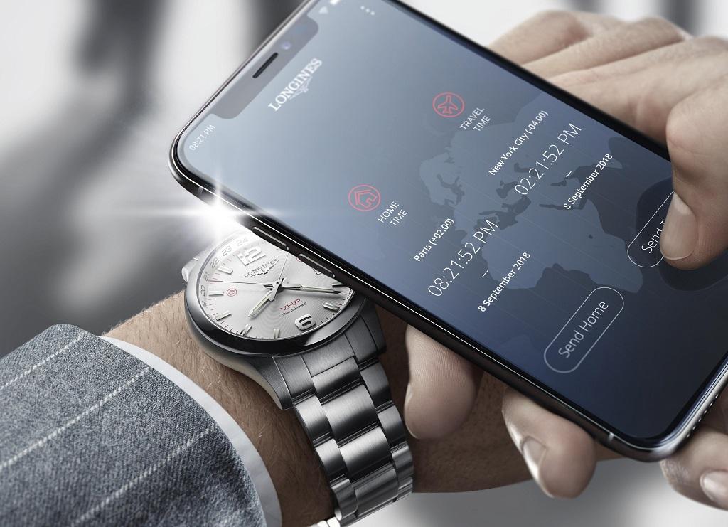 Az okostelefon nem kapcsolódik az órához, hanem villanófényeken keresztül kommunikál vele